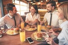 personas en anuncios de comida